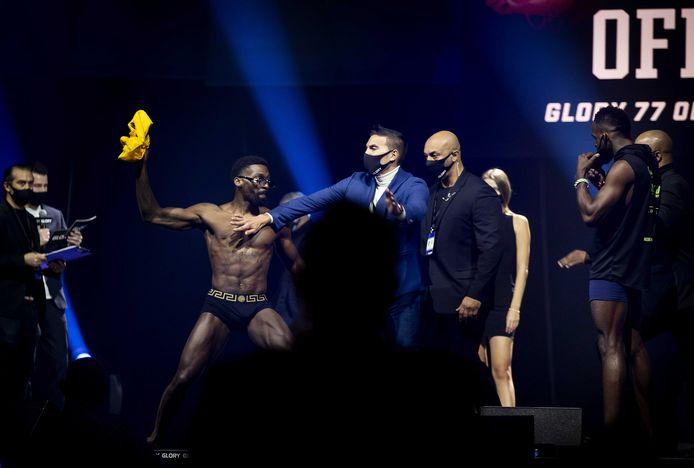 Kickbokser Cedric Doumbe en Murthel Groenhart tijdens het weegmoment voor de Glory 77 wedstrijd.