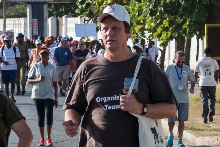 Wayne Lotter, een Zuid-Afrikaan die stropers bestreed, neemt deel aan de 'Walk for Elephants' in Dar es Salaam. Op 20 augustus werd hij in die stad neergeschoten. Beeld AFP