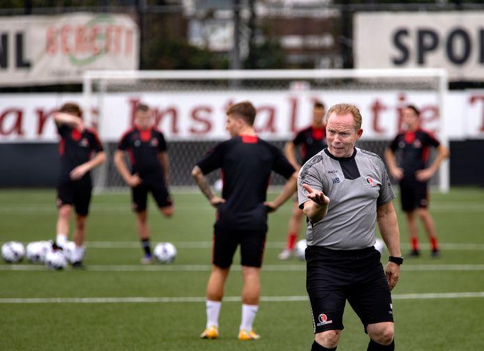 Helmond Sport-trainer Wil Boessen houdt vrijdagavond een demonstratietraining, hij heeft te weinig spelers voor een oefenwedstrijd.