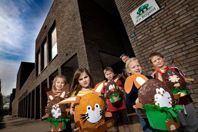 Kinderen van basisschool d'n Bogerd in Deurne met een zelf geknutselde paashaas, afgelopen april
