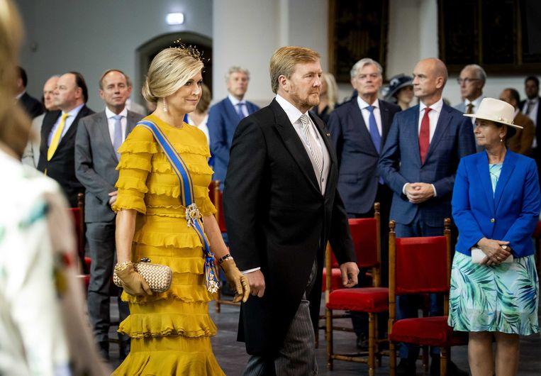 Als koning Willem-Alexander en koningin Máxima de Grote Kerk binnenlopen, is het muisstil.  Beeld ANP/Koen van Weel