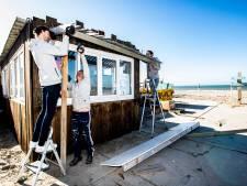 Strandtenthouders weer druk met opbouwen: 'We kunnen niet meer stilzitten'