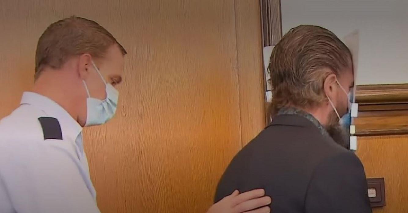 Robert B.verborg zijn gezicht achter een dossiermap tijdens het betreden van de rechtszaal.