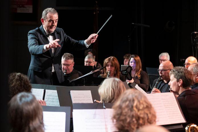 Burgemeester Nol Kleijngeld in actie als dirigent bij het evenement Maestro Waspik. Wie wordt zijn opvolger in Waalwijk?