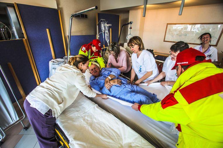 Uit het Blankenbergse AZ Zeno zijn donderdag 30 patiënten richting nieuwe campus in Knokke verhuisd.