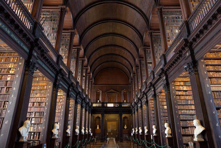 Deze bib in Trinity College, Dublin, is al driehonderd jaar oud.Er is amper daglicht.  Beeld Alamy Stock Photo