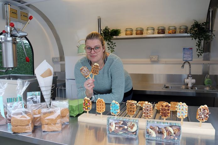 Anke in haar foodtruck waar ze haar unieke ijsjeswafels verkoopt.