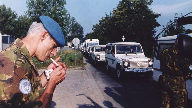 Overste Karremans steekt in 1995 een sigaret op terwijl hij zaterdag bij de poort van het VN-kamp in Zagreb de aankomst van het Nederlandse Dutchbat Konvooi gadeslaat. Beeld ANP