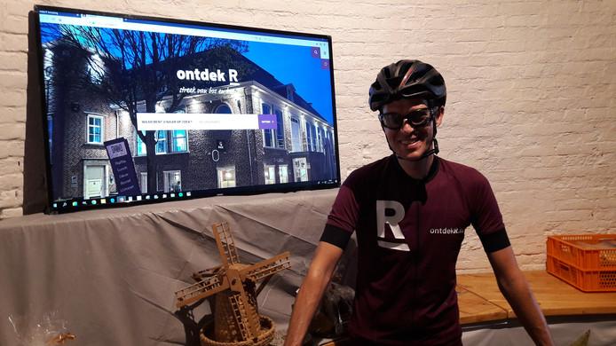 Wethouder Martien de Bruijn in speciaal  fietstenue bij de lancering van de nieuwe toeristische website Ontdek R.