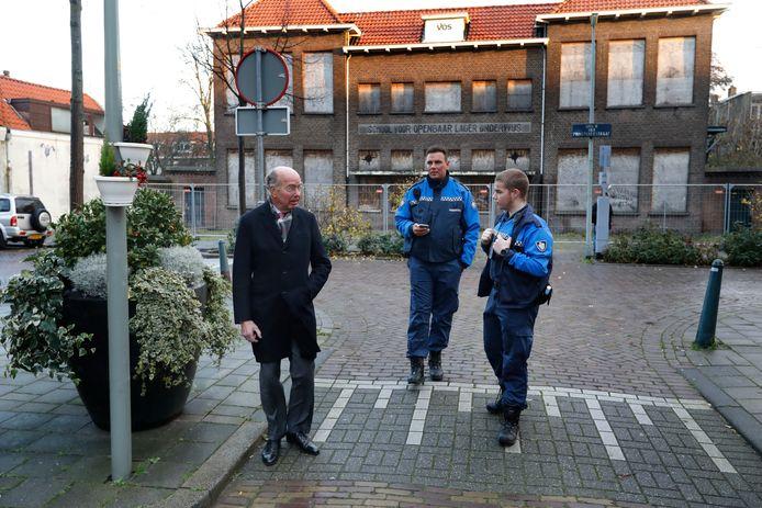 De Vlaardingse burgemeester Bas Eenhoorn in de Patrimoniumdwarsstraat na de dodelijke schietpartij.