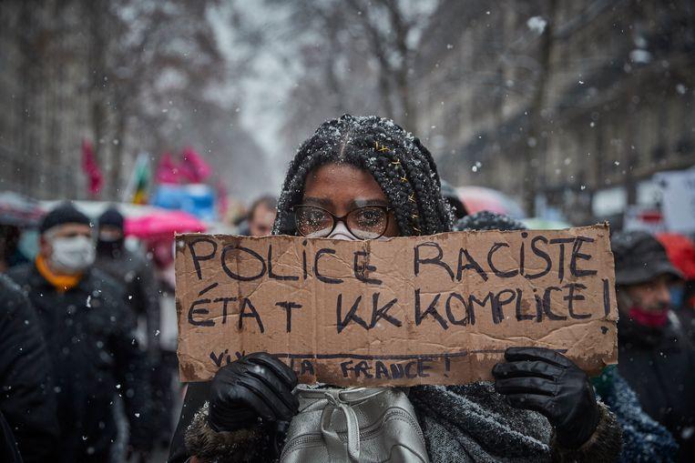 Parijs, 16 januari. Een vrouw protesteert tegen racisme bij de politie. Getty Images Beeld
