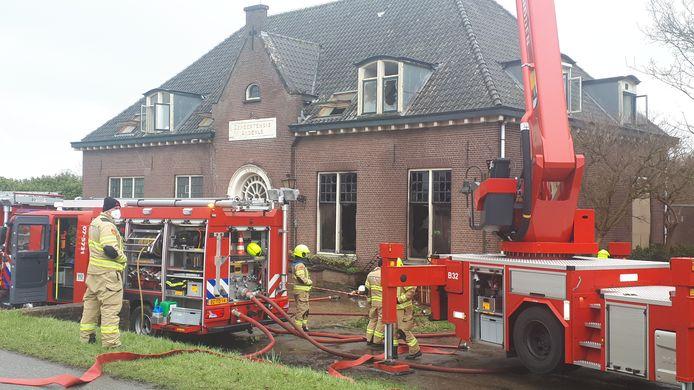 De brandweer bij het voormalige gemeentehuis van Angerlo.