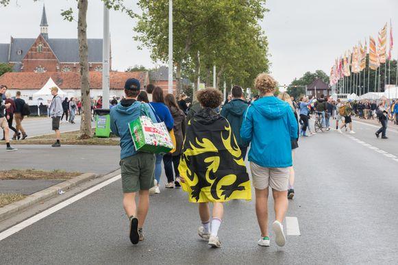 Vlaamse vlaggen genoeg op Pukkelpop, met 'dank' aan de uitdeelactie van Vlaams Belang.