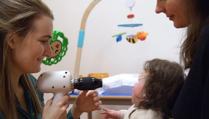 Orthoptist Caroline Schuijt aan het werk met een van de nieuwe apparaten, waarmee ze een oogmeting bij een baby doet.