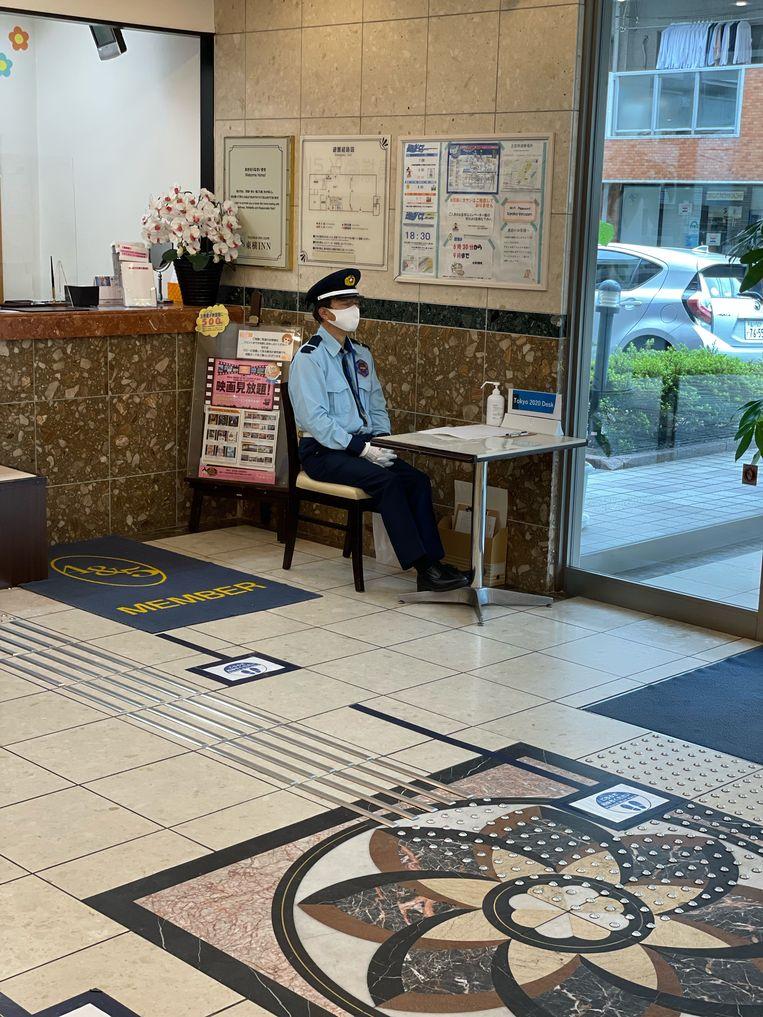 De Japanse suppoost zit in de hotellobby, in Edogawa. Beeld rv