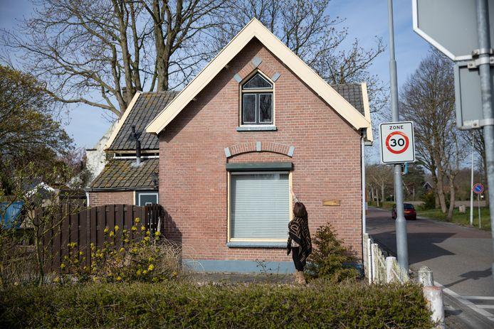 Makelaar Nadja Bom voor het oude RTM stationsgebouw in Noordgouwe.