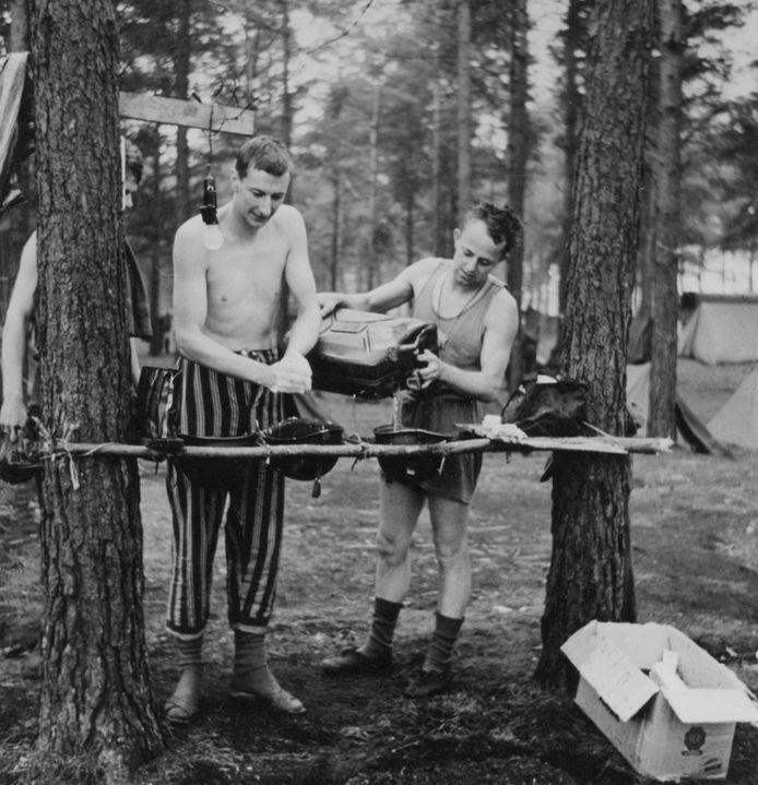 John Cuisinier op bivak tijdens militaire dienst.