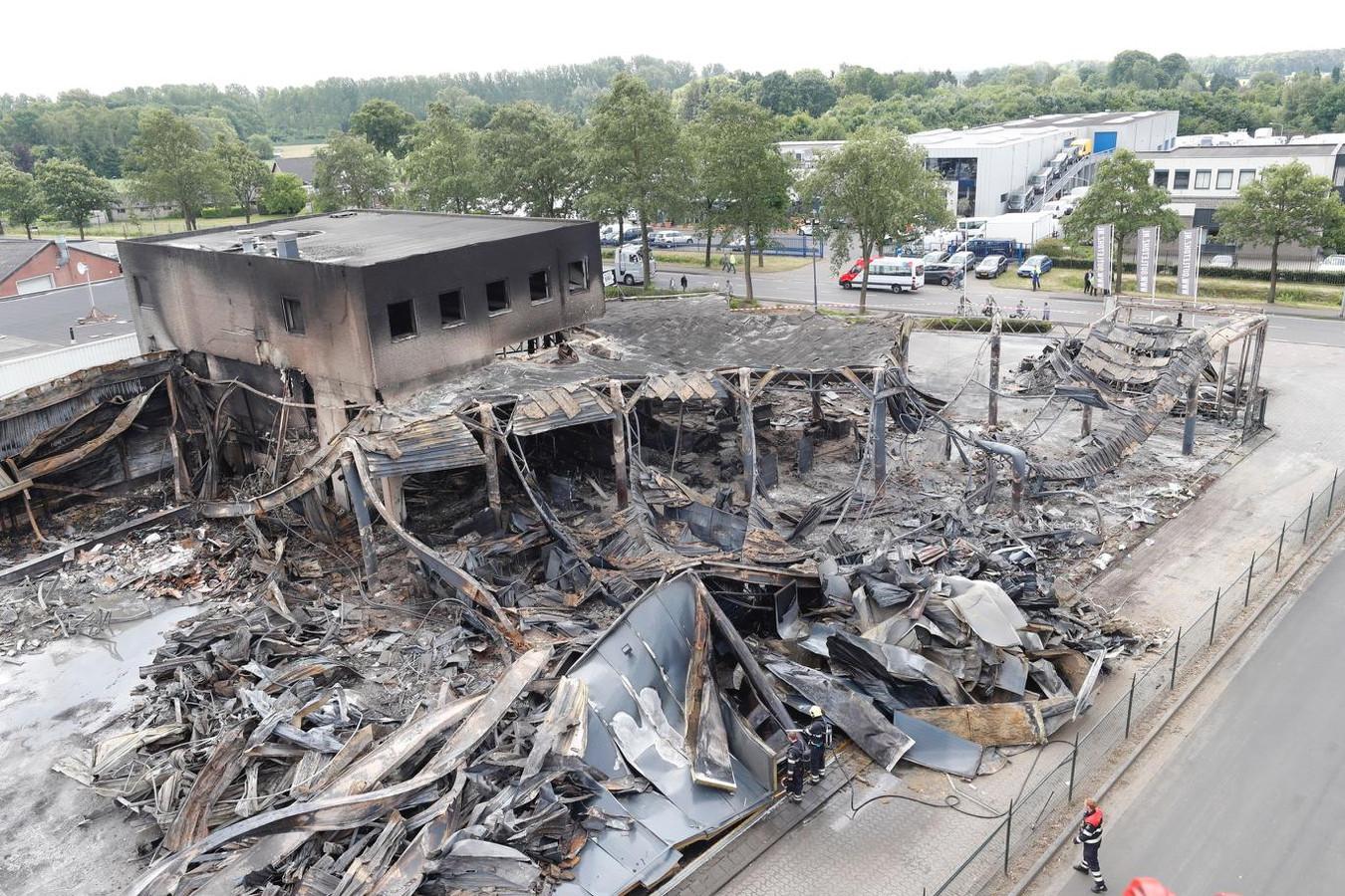 Ravage na de brand bij bouwmarkt Outletdhz in Valkenswaard