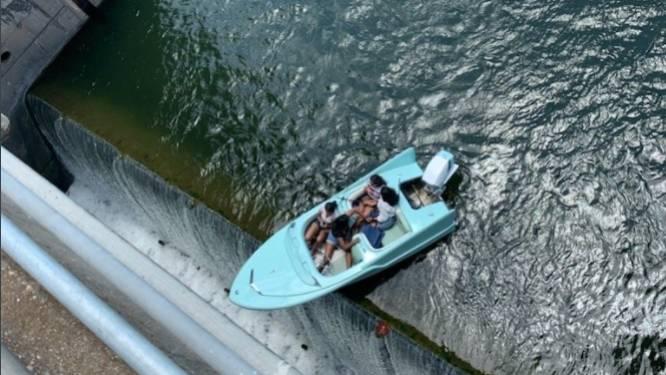 """Vriendinnen bengelen met hun boot vervaarlijk over rand van afgrond: """"Ze hadden het te druk met kletsen en misten zo waarschuwingsborden"""""""