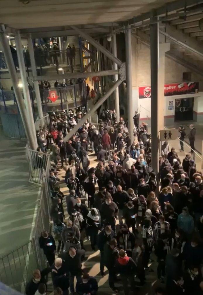 Il y avait embouteillage au pied de la T4 du stade du Pays de Charleroi après le match contre le Standard