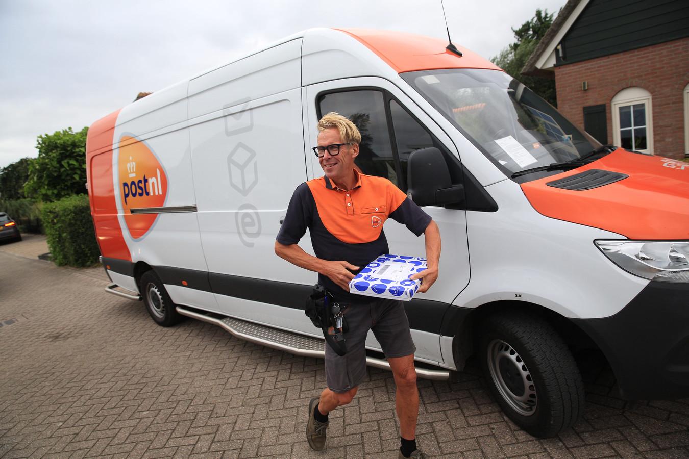 Pakketbezorger Leon du Pree aan het werk in zijn Hellevoetsluis.