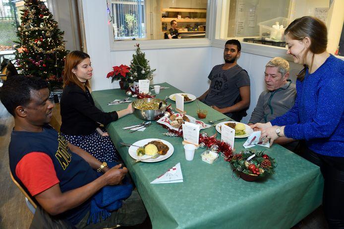 Kerstdiner in de opvang aan het Smallepad, met tweede van links medebedenkster Esther Bouman. Tweede van rechts ex-dakloze Rolf van de Pol.