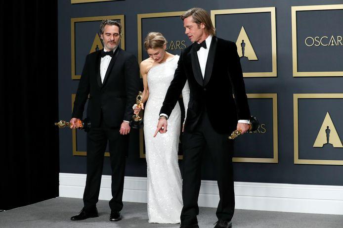 Joaquin Phoenix, Renee Zellweger en Brad Pitt poseren met hun prijs