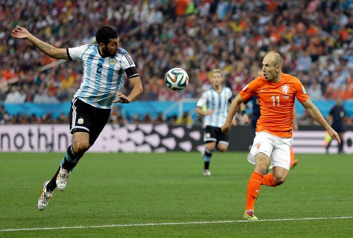 Ezequiel Garay in actie tegen Oranje tijdens de halve finale van het WK 2014.