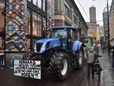 Ongeveer 300 boze boeren en 120 trekkers op weg naar Catshuis in Den Haag