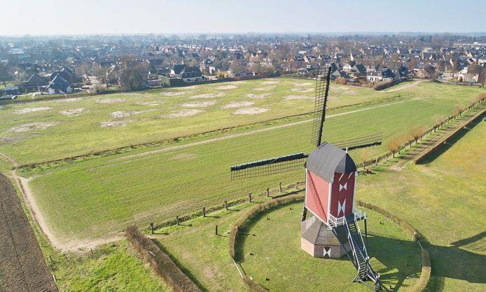 Molen Zeldenrust in Geffen ziet de wijk Elshof op zich afkomen. De wei met graafvlekken is nadrukkelijk in beeld voor woningbouw.