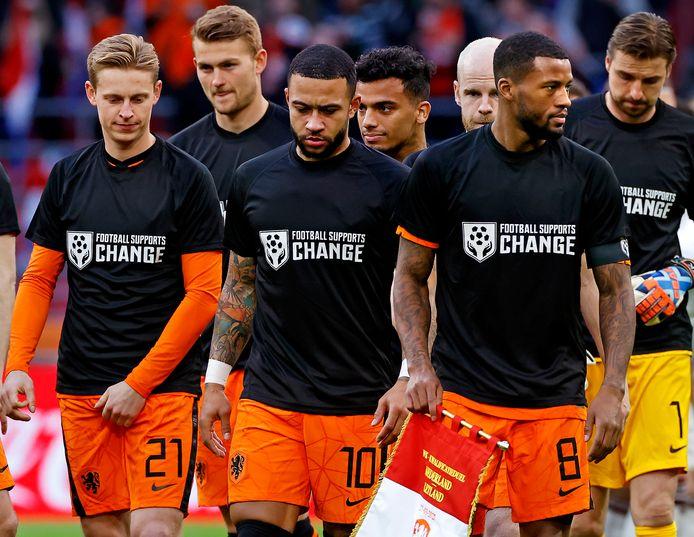 De spelers van Oranje maakten met speciale shirts een statement tegen de schending van mensenrechten.