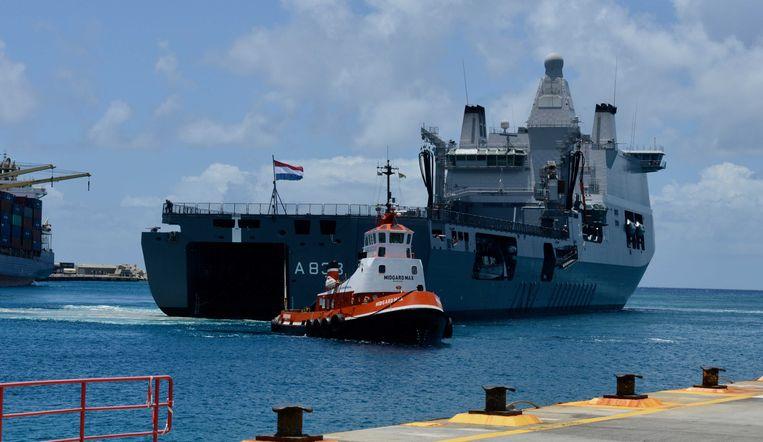 Het marineschip Zr. Ms. Karel Doorman arriveert in de haven van Philipsburg op Sint Maarten, om het zorgstelsel op de Nederlandse eilanden te ondersteunen.  Beeld ANP