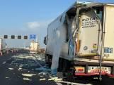 A1 richting Apeldoorn bezaaid met isolatiemateriaal na ongeluk