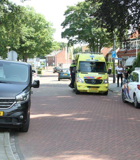 Bestelbus rijdt fietser aan op kruising in Wierden