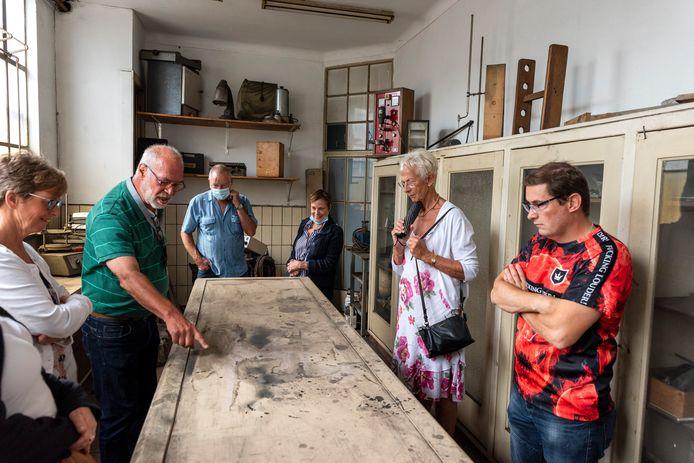 Rondleiding in het oude laboratorium van CJ Becht & Zonen.