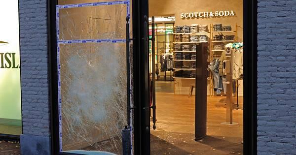 Inbraak in kledingwinkel Waalwijk mislukt .