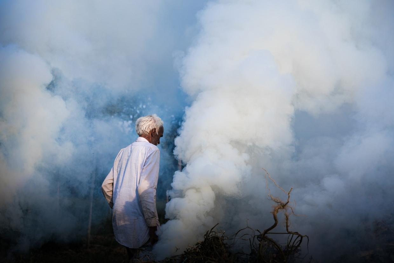 Een boer brandt zijn velden af in de buurt van Lucknow, Uttar Pradesh. Het afbranden in de landbouw is deel van het probleem van de luchtvervuiling in Delhi omdat de rook door de wind naar Delhi wordt geblazen en daar blijft hangen.