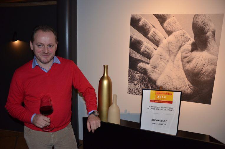 Bruno De Wilde geniet van een glas bij de onderscheiding die hij kreeg van GaultMillau.