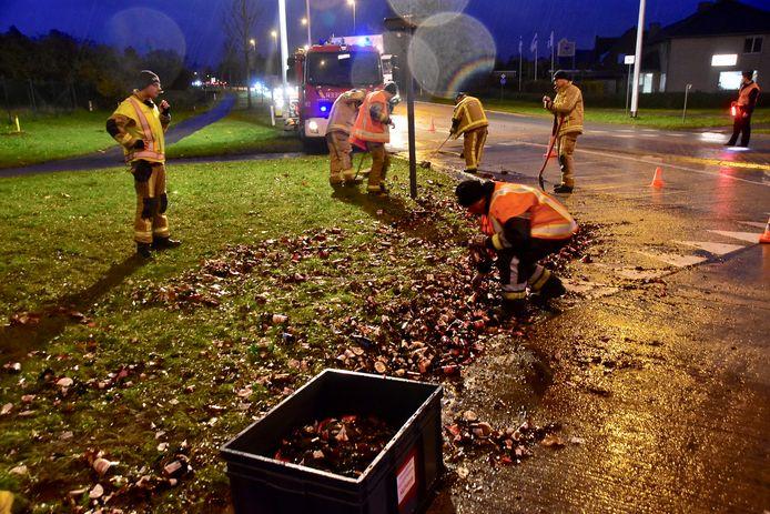 De brandweer en enkele passanten hielpen om het glas op te ruimen.
