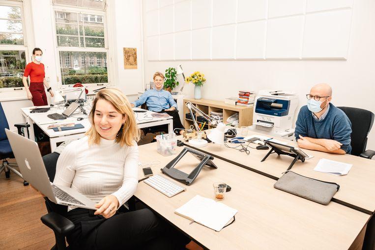 Aspirant-onderzoeksjournalisten volgen een masterclass onderzoeksjournalistiek op de redactie van Investico. Beeld Simon Lenskens