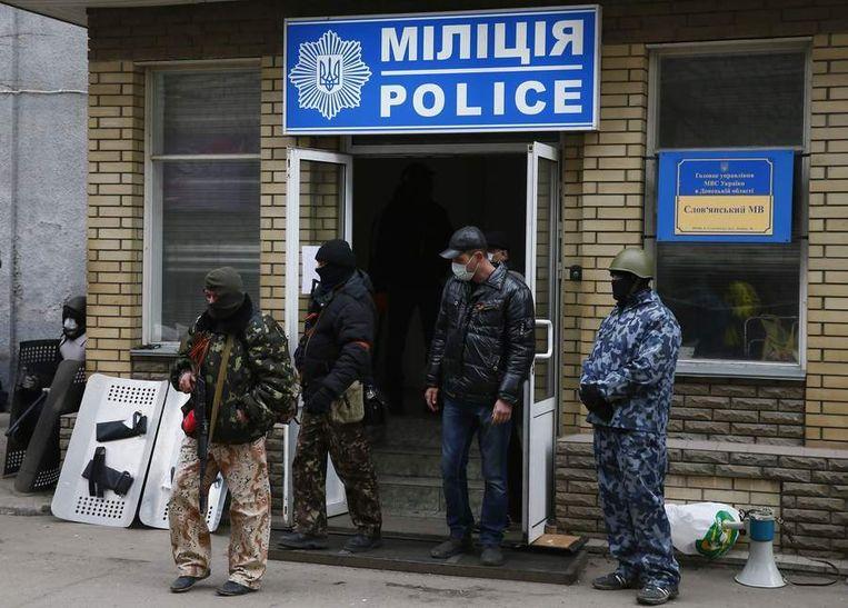 Gewapende pro-Russische militanten hebben het politiekantoor van Slavjansk ingenomen. Beeld REUTERS