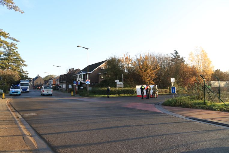 Het kruispunt was tot voor kort uitgerust met verkeerslichten (gele palen op foto zijn een restant) maar ze werden weggenomen omdat ze een averechts effect hadden op de veiligheid.