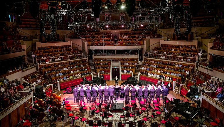 Een optreden van het Groot Omroepkoor in Tivoli. Beeld Raymond Rutting / de Volkskrant