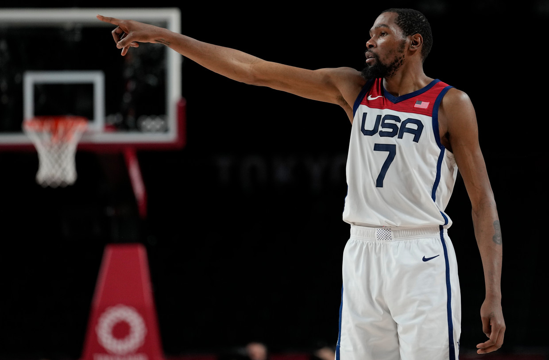 De Amerikaanse basketballer Kevin Durant geeft een aanwijzing tijdens het duel met Australië. Beeld AP