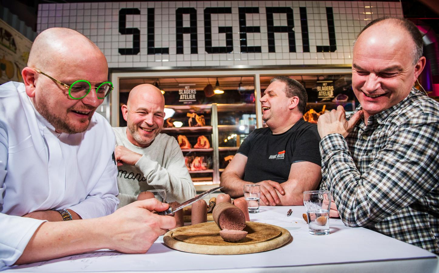 Bij restaurant RAUW in Amersfoort proeft het smaakpanel de worst. V.l.n.r. Maarten, Rob, Albert en Bert.