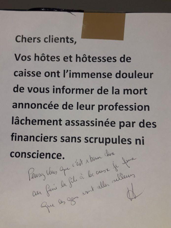 """Niet bij iedereen is er begrip voor de actie van het personeel. Dat bewijst een handgeschreven tekst onderaan het briefje: """"Ik denk dat velen nu ergens anders zullen winkelen. Denken jullie echt dat dit een goede keuze is?"""""""