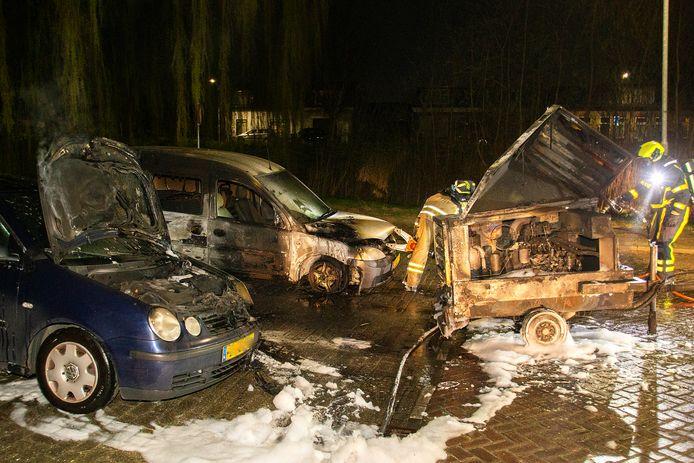 De brandweer werd om 03.21 uur opgeroepen voor een autobrand aan de Troelstraweg in de Dordtse wijk Crabbehof. Ter plaatse bleek dat er twee auto's en een aanhanger in brand stonden.