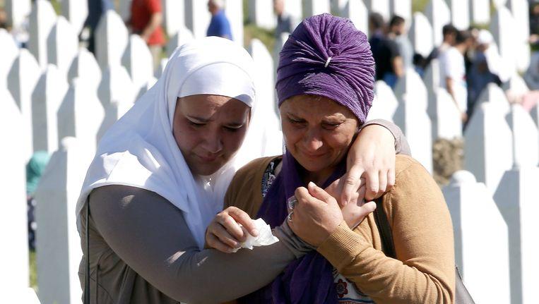 Bosnische vrouwen rouwen in Srebrenica.