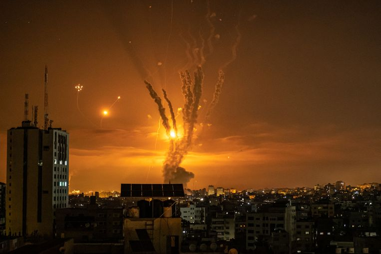 De aan Hamas gelinkte al-Qassambrigade claimt in de nacht van donderdag op vrijdag een honderdtal raketten te hebben afgevuurd op de Israëlische badplaats Ashkelon. Beeld Getty Images