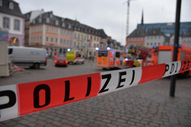 De binnenstad van Trier is afgezet, hulpdiensten zijn ter plaatse, nadat een personenwagen op hoge snelheid door een voetgangerszone zou zijn gereden.  Beeld Harald Tittel/dpa